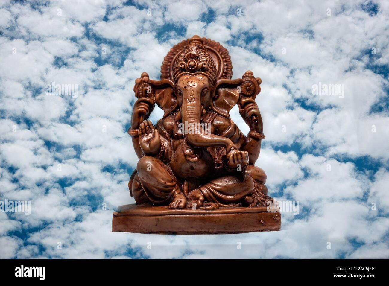Estatua de madera del dios hindú Ganesha, religión hindú Foto de stock