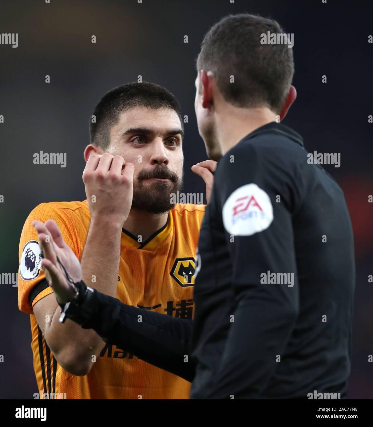 Wolverhampton Wanderers's Ruben Neves gestos a David Coote árbitro durante el partido de Liga Premier en Molineux, Wolverhampton. Foto de stock