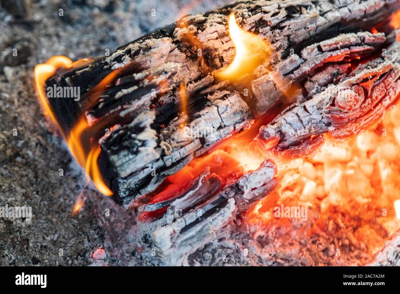 Red Hot resplandeciente fogata, sentimiento hygge Foto de stock