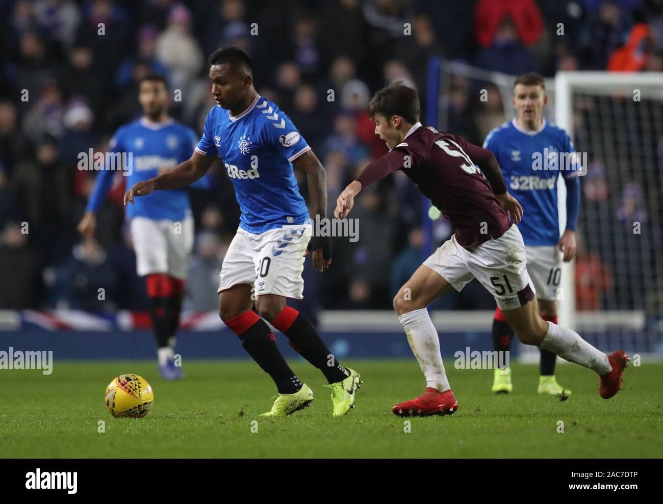 Rangers Alfedo Morelos (izquierda) desafíos corazones Aaron Hickey durante el partido de Premiership Escocés de Ladbrokes en Ibrox Stadium, Glasgow. Foto de stock