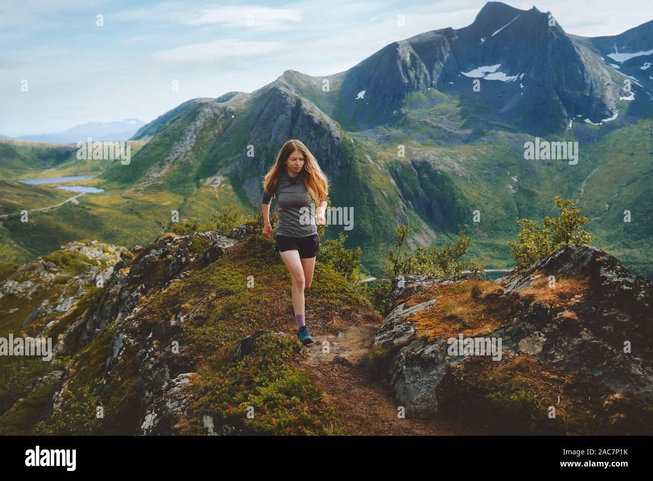 Mujer trail running en montañas montañas exterior viajes vida sana actividad de aventura formación atlética motivación concepto Noruega naturaleza Sen Foto de stock