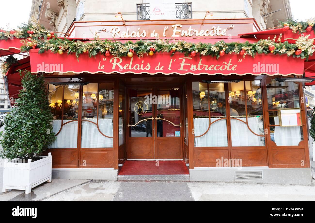 Le Relais de lEntrecote es tradicional restaurante francés decorado para la Navidad. Ubicado en el centro histórico de París, cerca de la Avenida de los Campos Elíseos Foto de stock