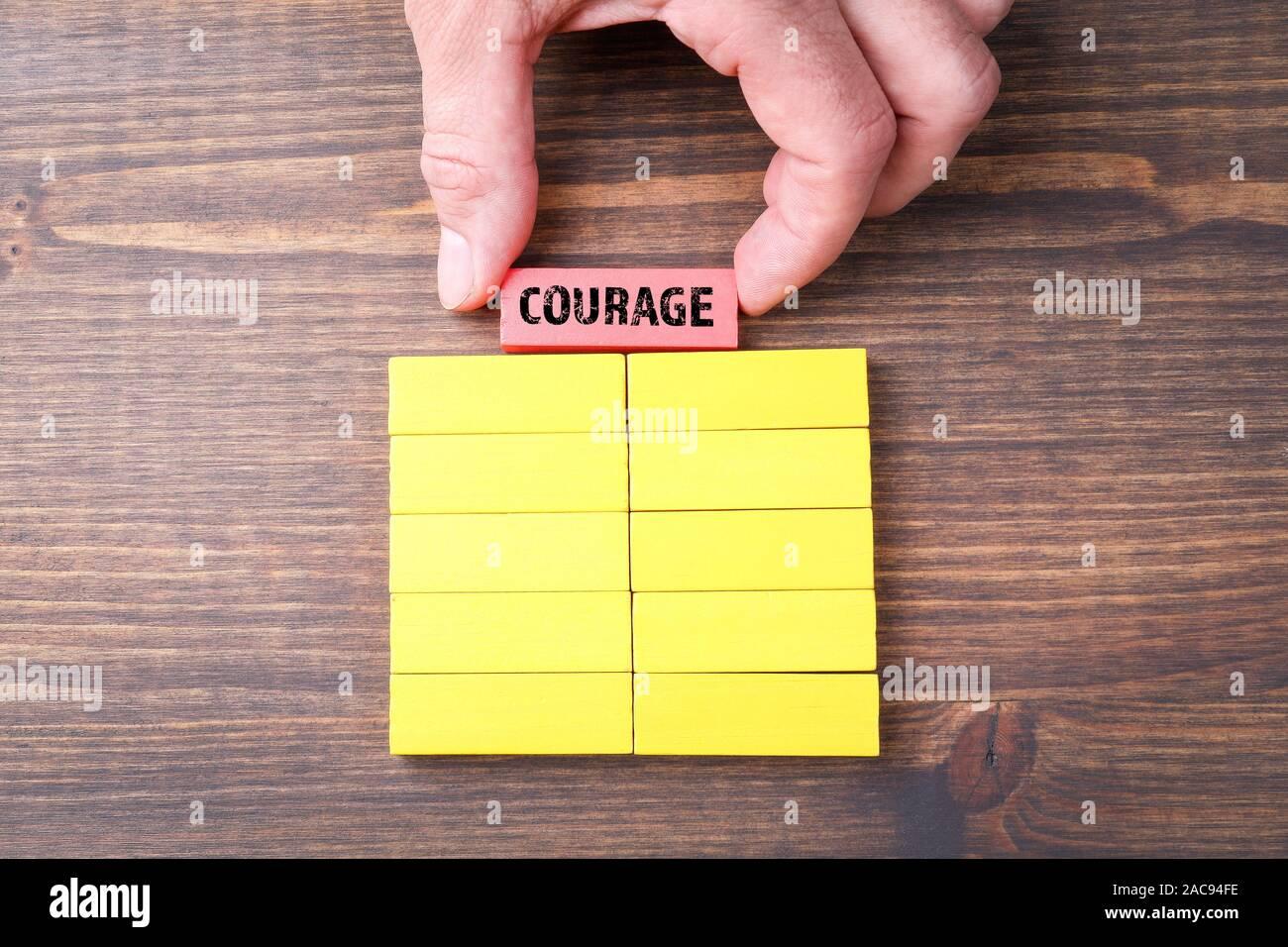 Coraje. Liderazgo, Responsabilidad, inspiración y motivación concepto. Coloridos bloques de madera Foto de stock