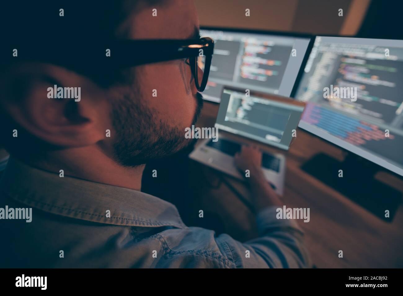 Cerrar Foto recortada de especialista, modificando los sistemas de seguridad cibernética corproration responsable de mantener en secreto los datos protegidos y ocultos Foto de stock