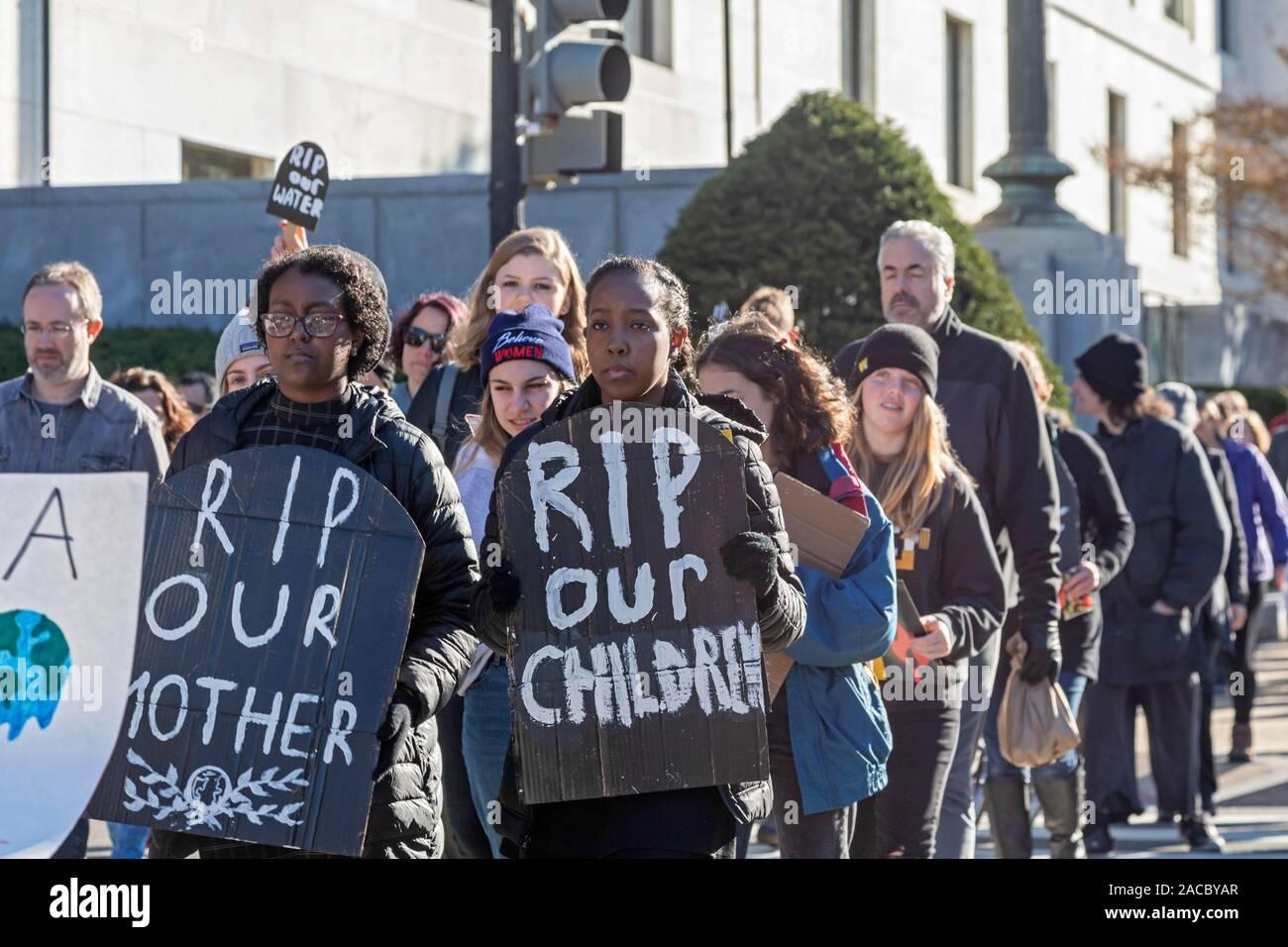 """Washington, DC - activistas jóvenes celebró un funeral para el futuro"""" en el Capitolio para exigir que los gobiernos aborden la crisis del cambio climático. Se p Foto de stock"""