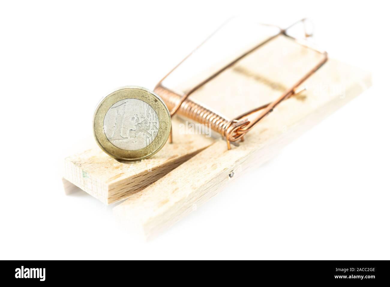 Trampa de ratón con fondo blanco y una moneda euro Foto de stock