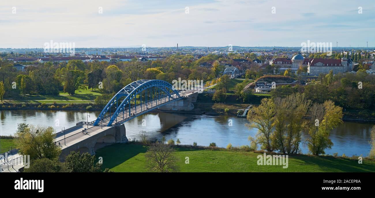 Vista aérea de la estrella puente sobre el río Elba en la Ruta Ciclista del Elba cerca de Magdeburg Foto de stock