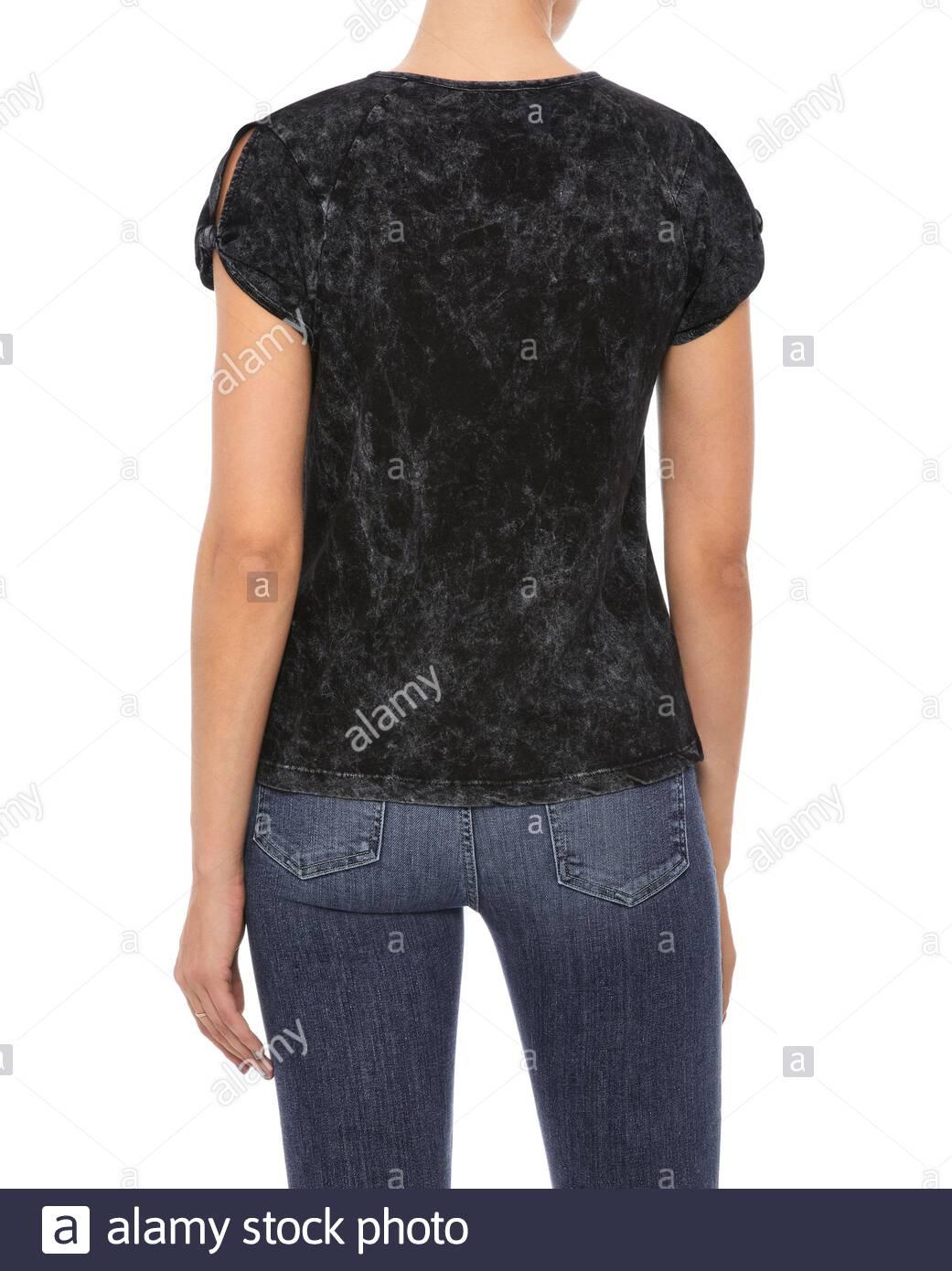 Camiseta de manga corta negra mujer ropa, camiseta gris para mujer emparejado con azul oscuro mezclilla recortada y fondo blanco, la mujer negra de cuello redondo T-S Foto de stock