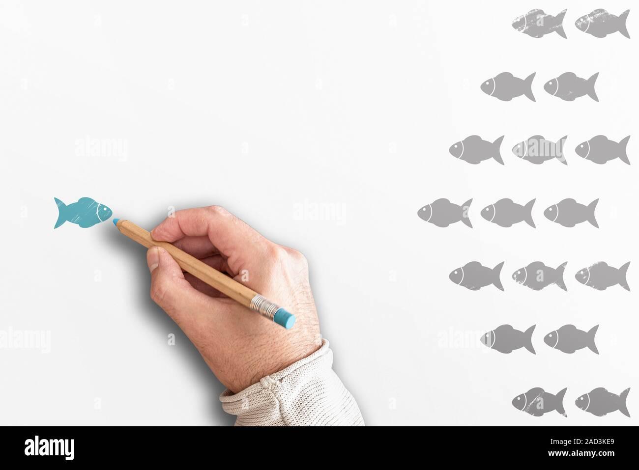 A partir de la multitud de pie o el concepto de liderazgo con el grupo de peces que van en una dirección y uno va en la dirección opuesta Foto de stock