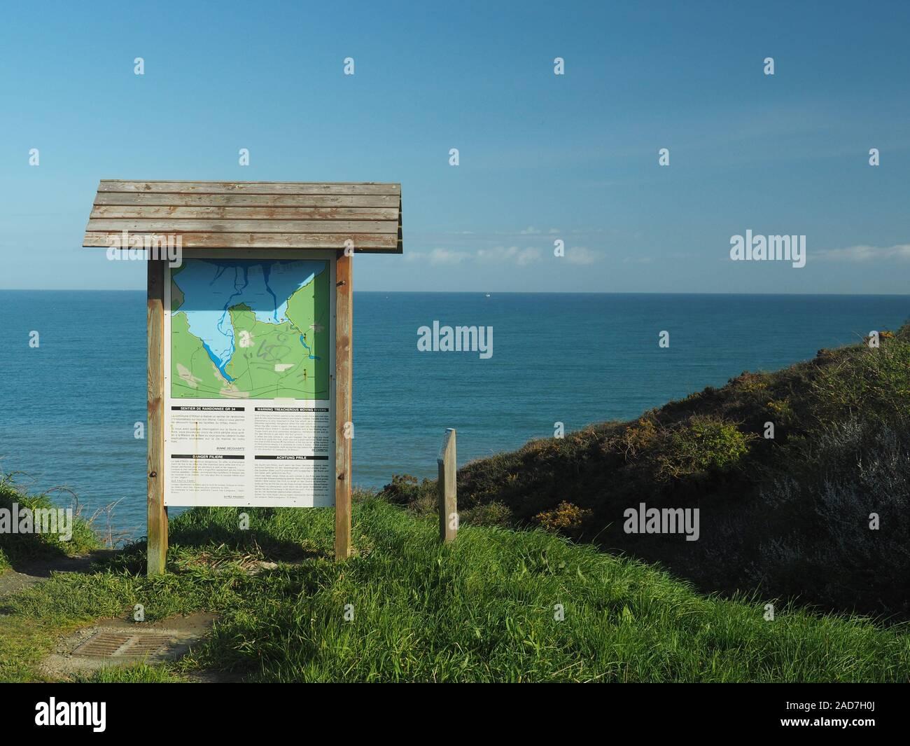 Bahía de Hillion, Francia, Normandía, - signo de advertencia de bajamar y pleamar Foto de stock