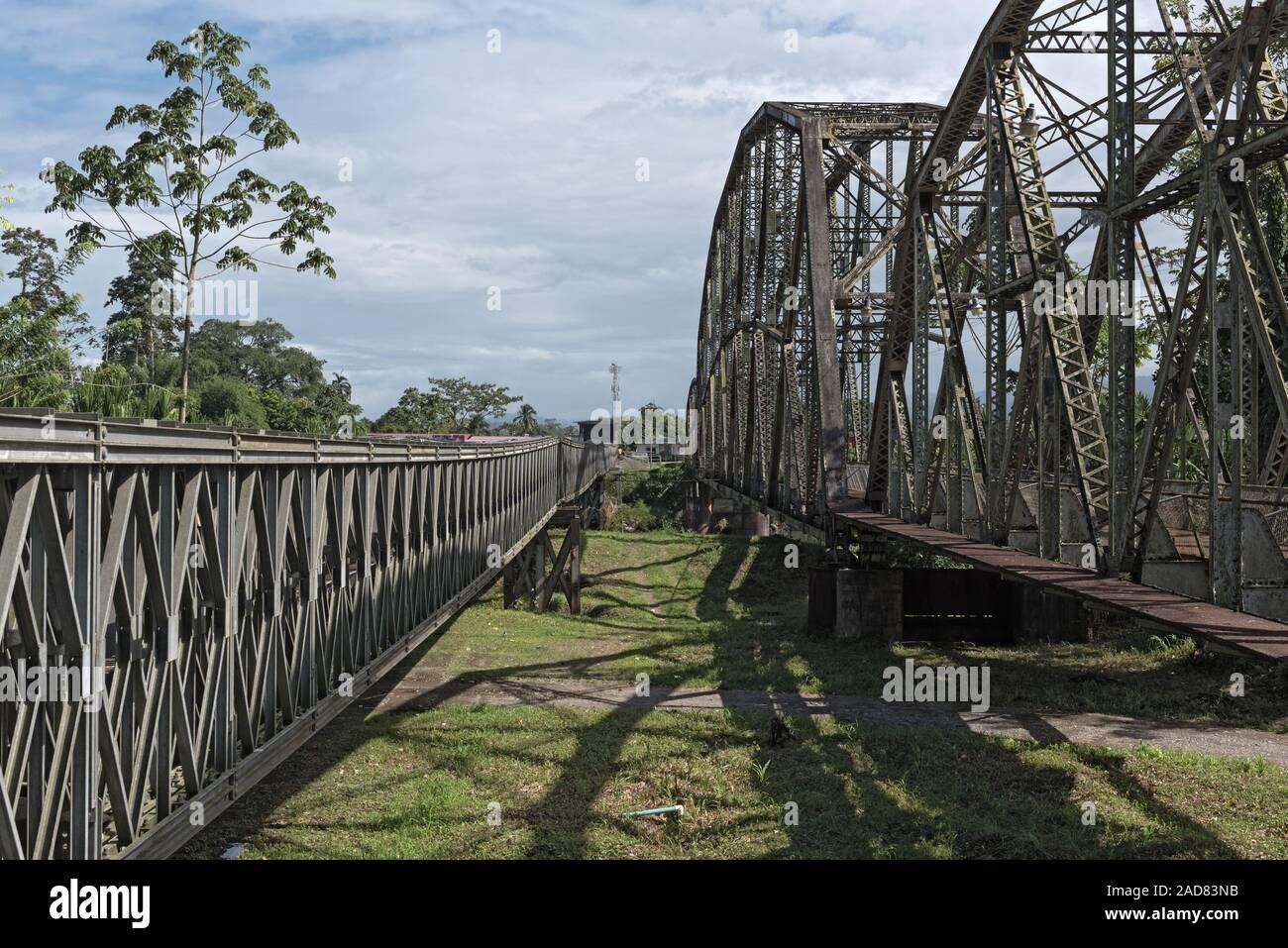 Antiguo Ferrocarril frontera y puente que cruza el río Sixaola entre Costa Rica y Panamá Foto de stock