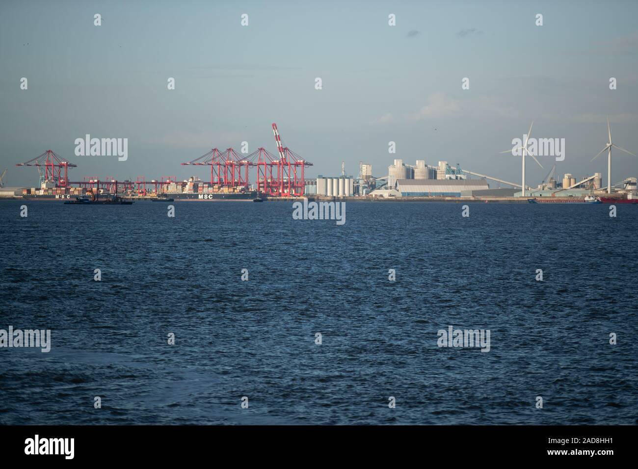 Grúas de contenedores stand sobre los buques en el muelle de contenedores terminal de Liverpool2. Liverpool2 es una extensión de la terminal de contenedores adyacente al río Mersey e Foto de stock