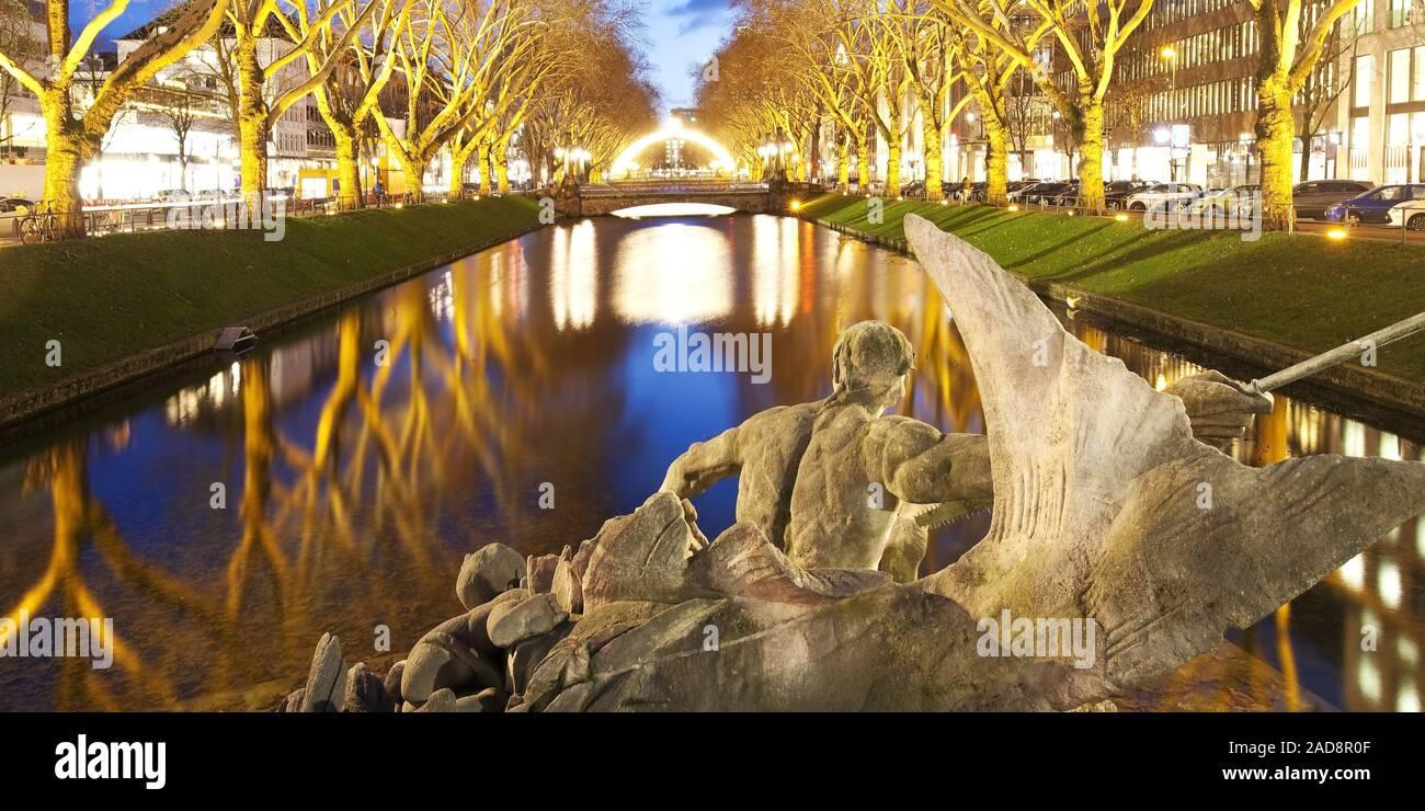 Fuente Triton en Koenigsallee en la noche, Dusseldorf, Renania del Norte-Westfalia, Alemania, Europa Foto de stock
