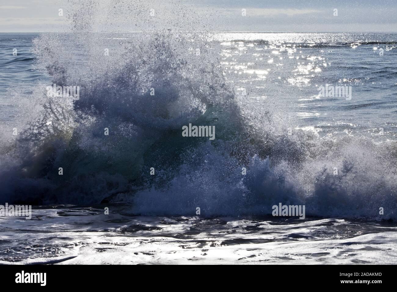 Mar, surf, cerca del Joeklusárlón Breidamerkursandur, al sur de Islandia, Islandia, Europa Foto de stock
