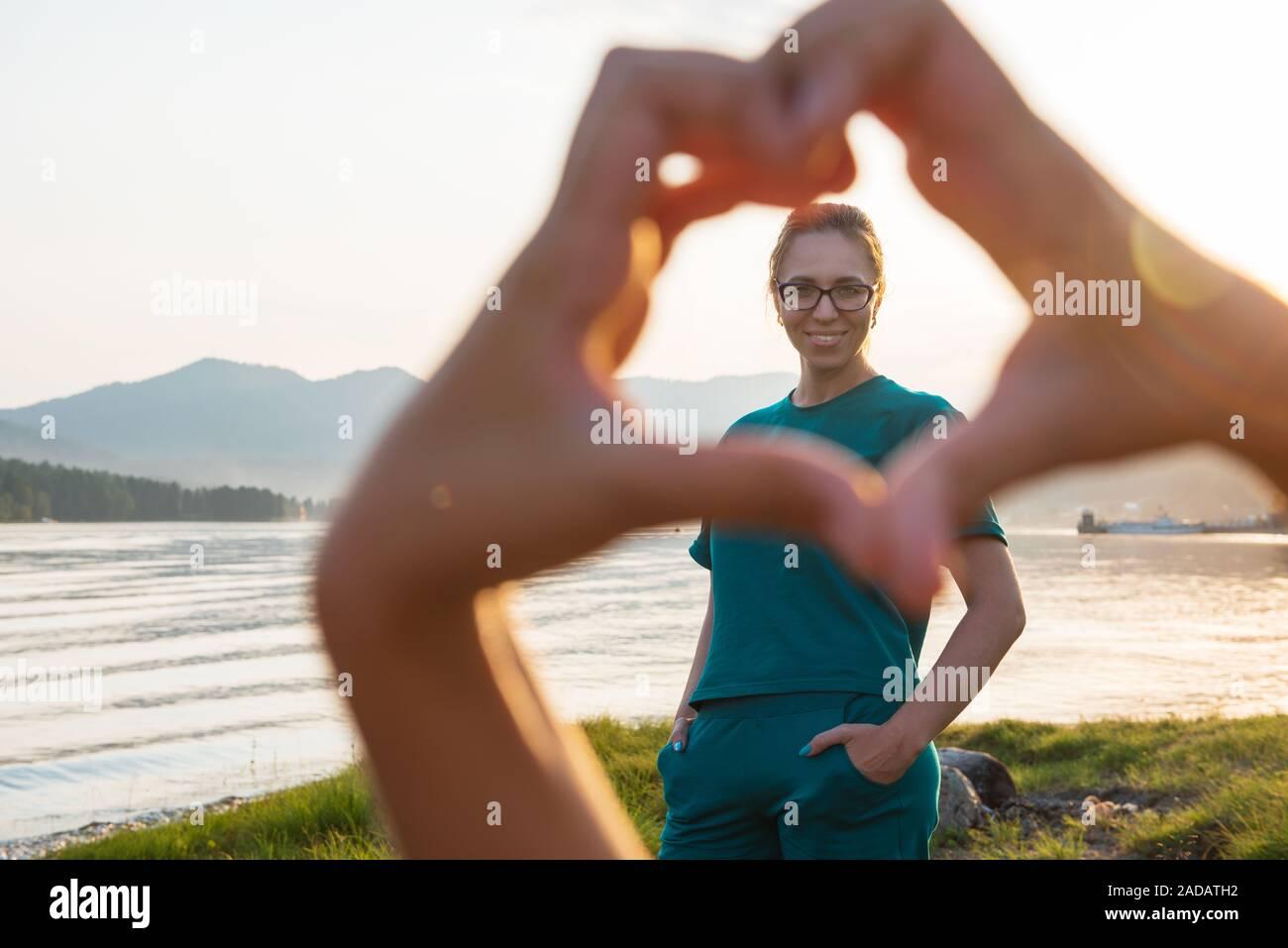 Retrato de mujer en el lago Teletskoye Foto de stock