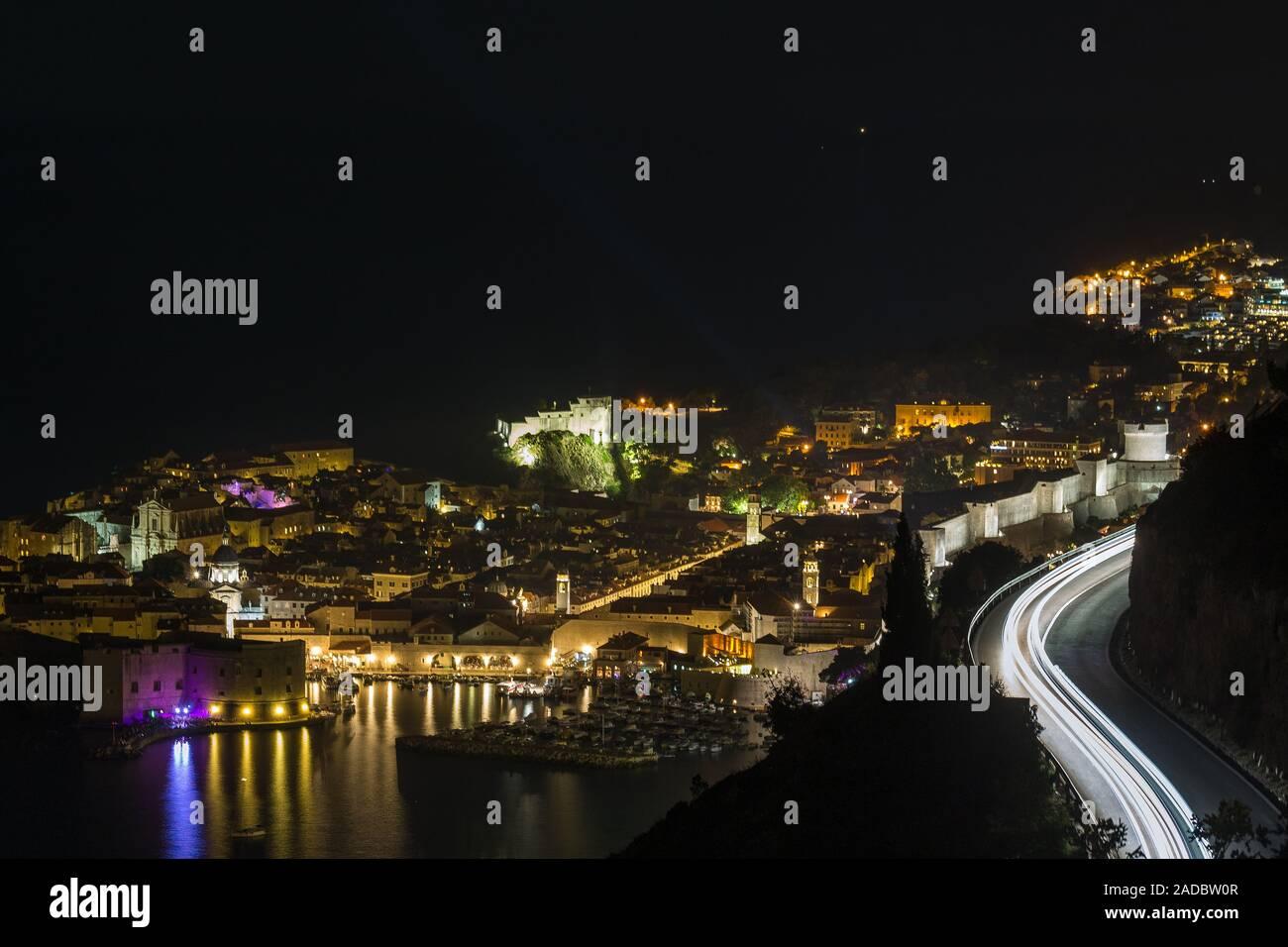 Vista desde arriba de la noche a viejas calles de Dubrovnik, en Croacia. Foto de stock