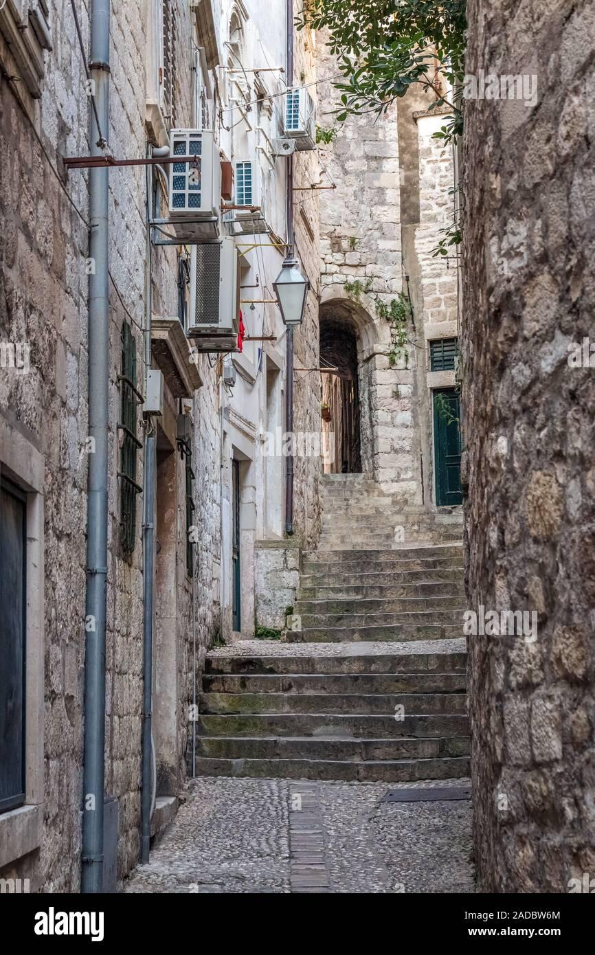 Amanecer en viejas calles de Dubrovnik, en Croacia. Foto de stock