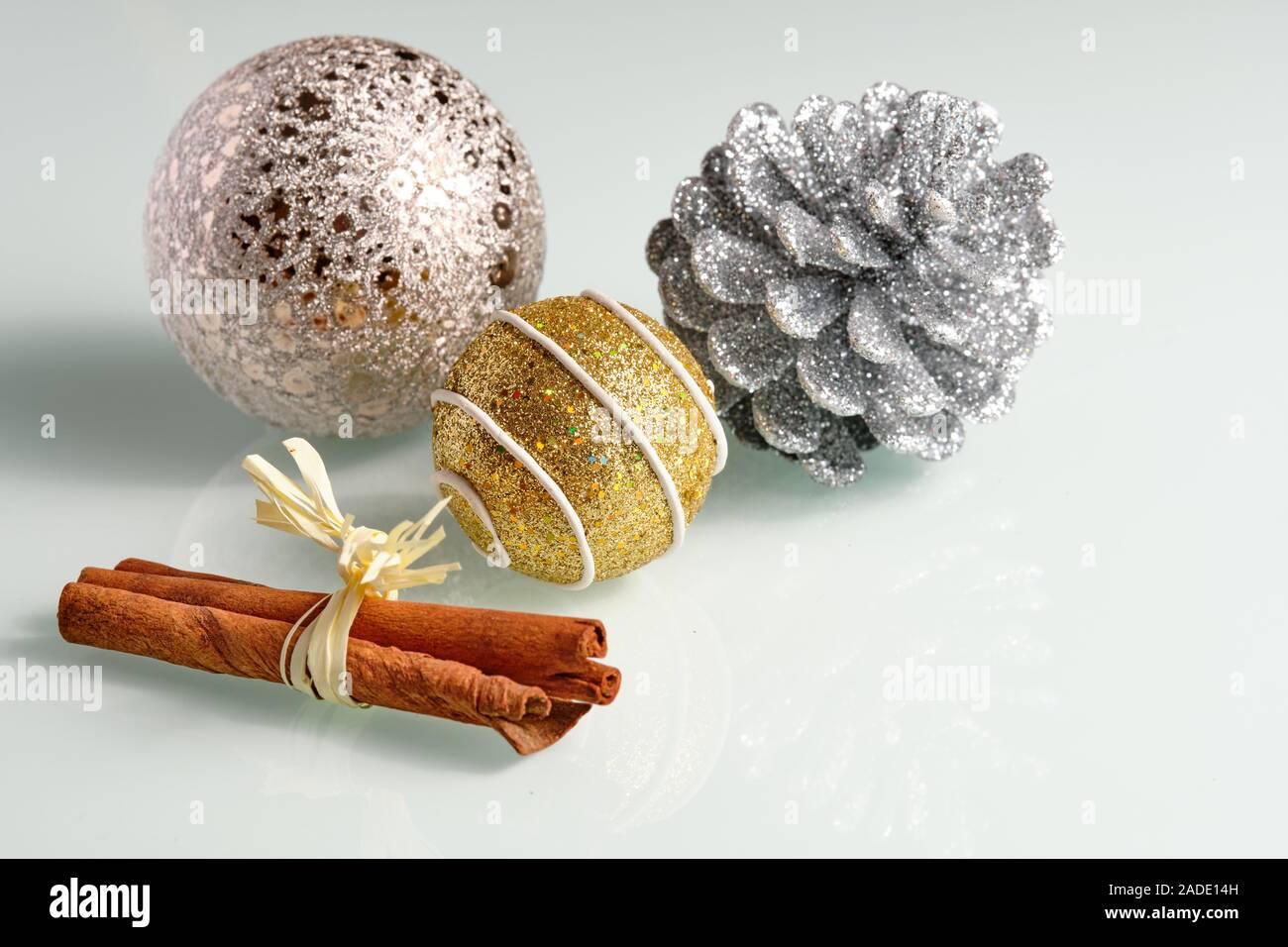 Todavía brillante vida sobre una placa de vidrio blanco con fondo plateado, dorado y marrón de la decoración de navidad Foto de stock