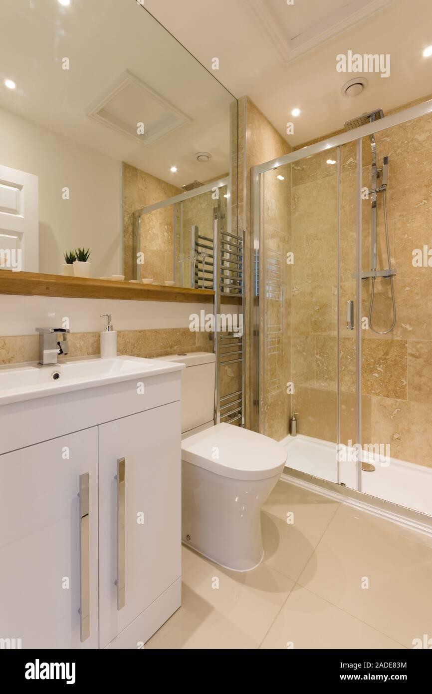 Un elegante y moderno cuarto de baño con construido en el ...
