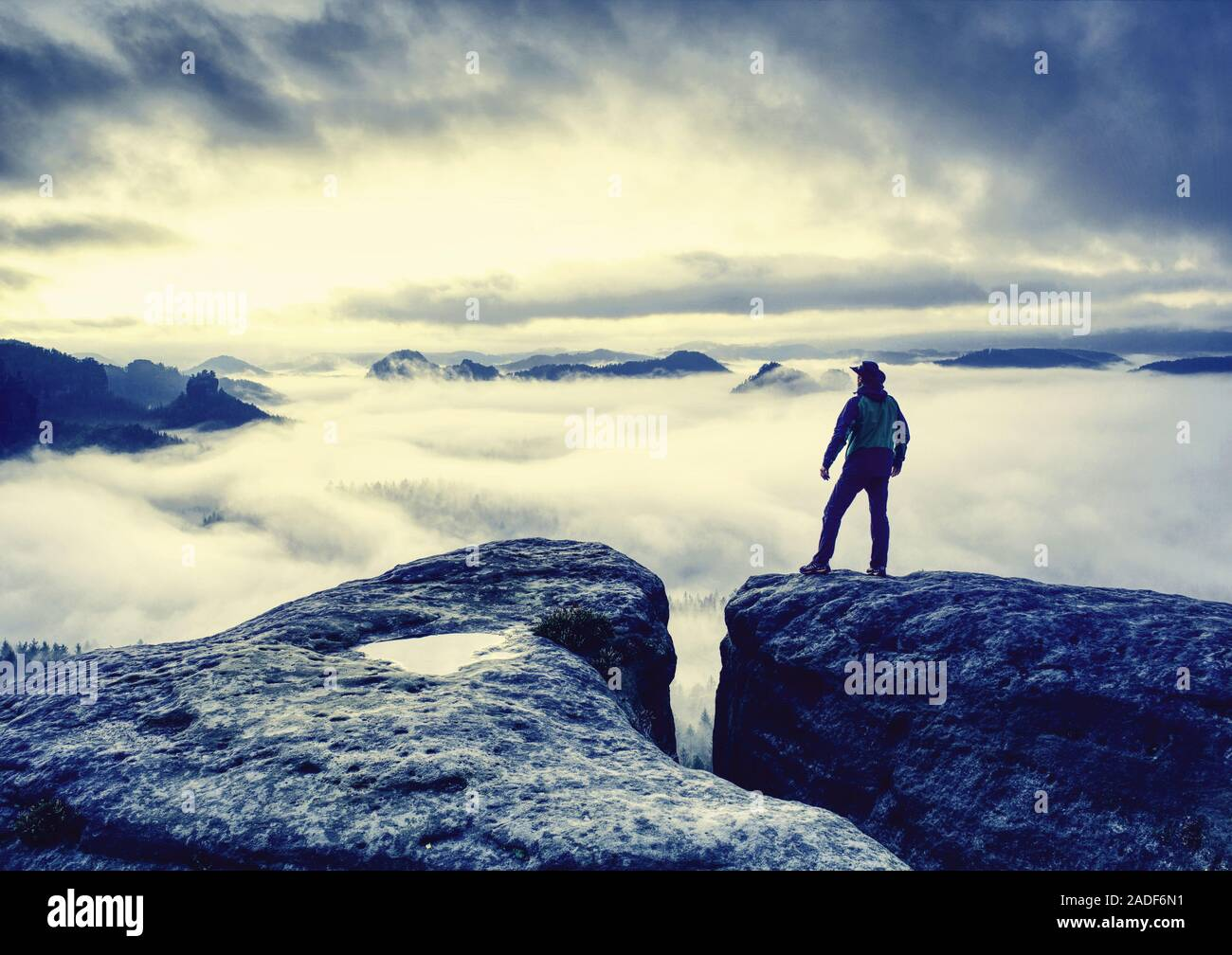 Feliz el hombre hermosa y activa en el senderismo en otoño de montañas. El concepto de ocio y turismo activo en la montaña. Foto de stock