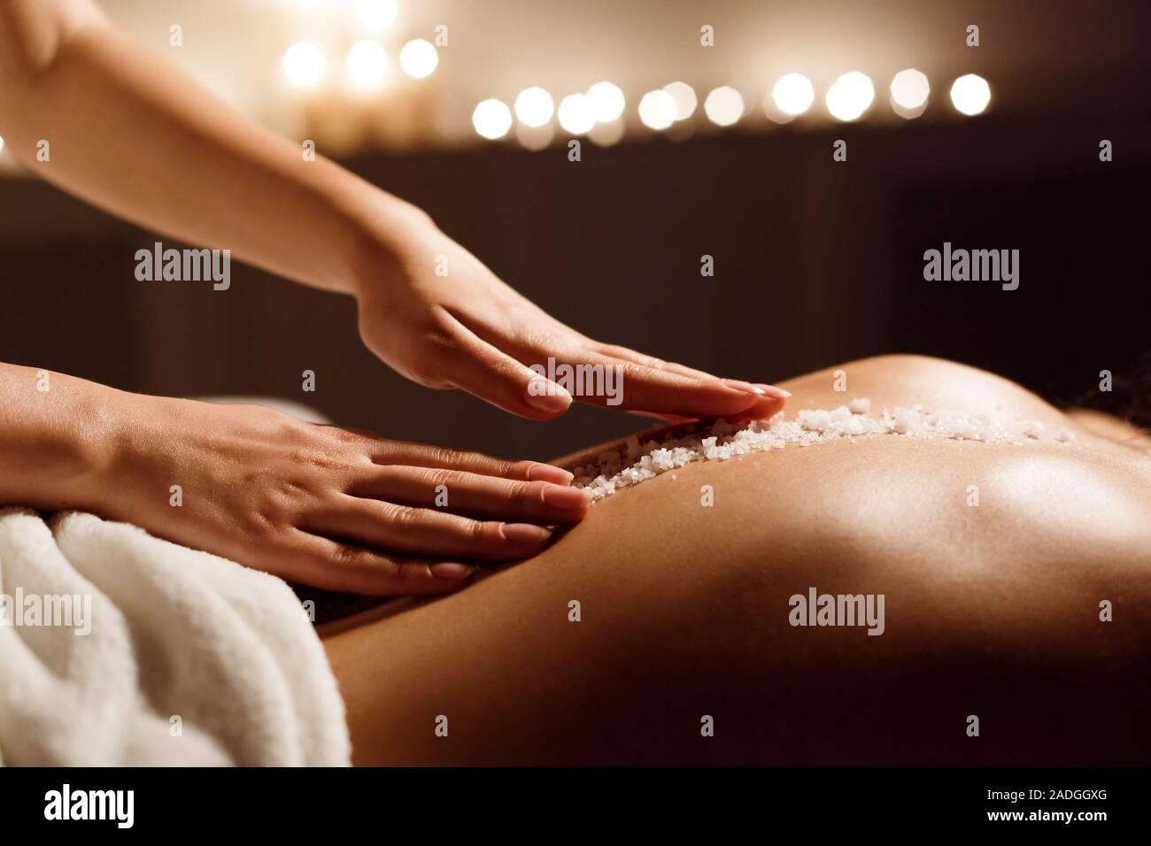 Concepto Spa. La mujer que recibe masaje de espalda de sal Foto de stock