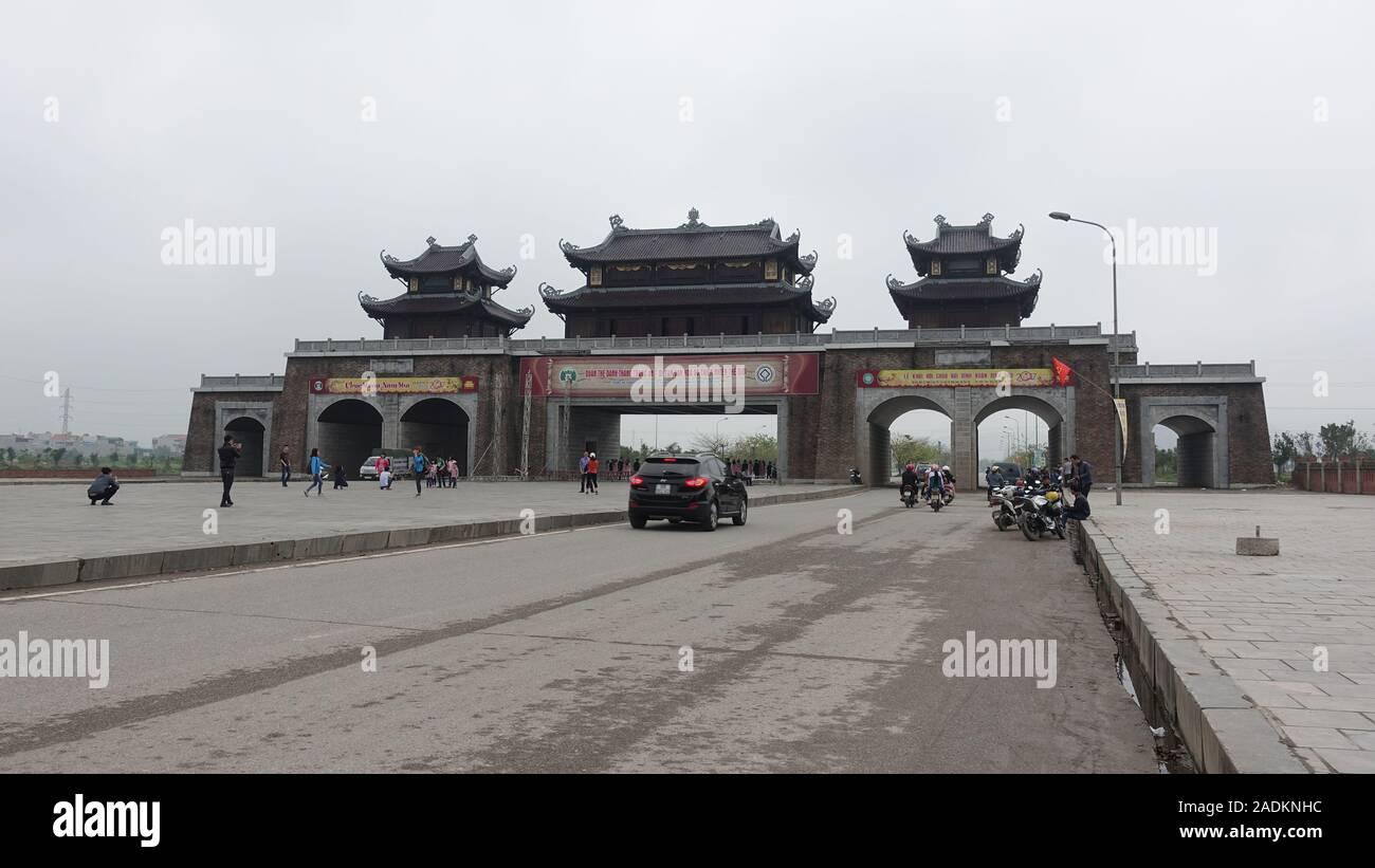 La entrada al Templo Dinh Bai espiritual y cultural complejo cerca de Ninh Binh Vietnam Foto de stock