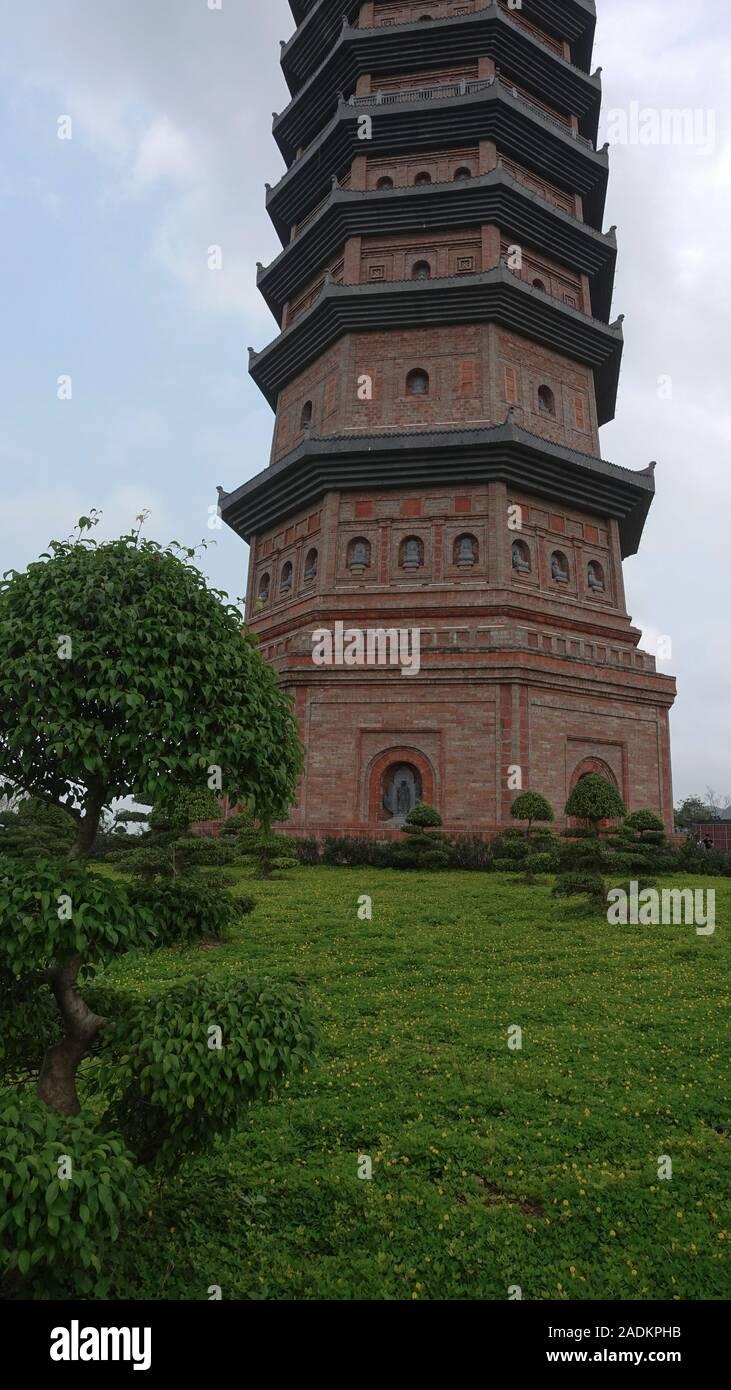 Una vista de la torre de Bai Dinh templo espiritual y cultural complejo cerca de Ninh Binh, Vietnam Foto de stock