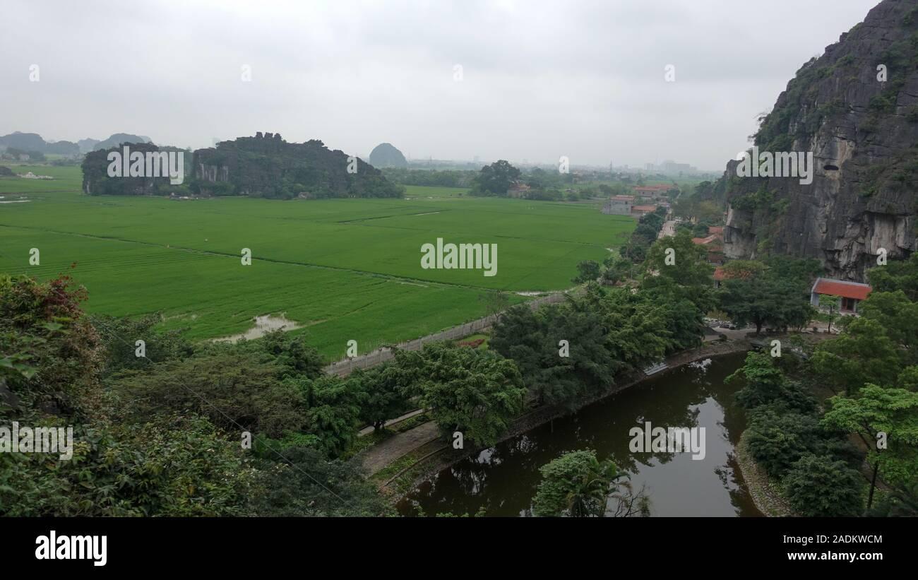 Una vista de los campos de arroz y montañas a Tam Coc, Ninh Binh, Vietnam Foto de stock