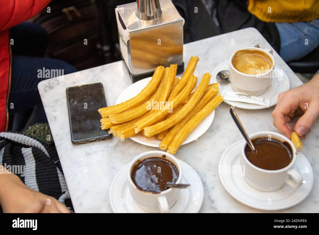 Mi cafetería. Churros-y-chocolate-chocolateria-san-gines-madrid-espana-2adnpe8