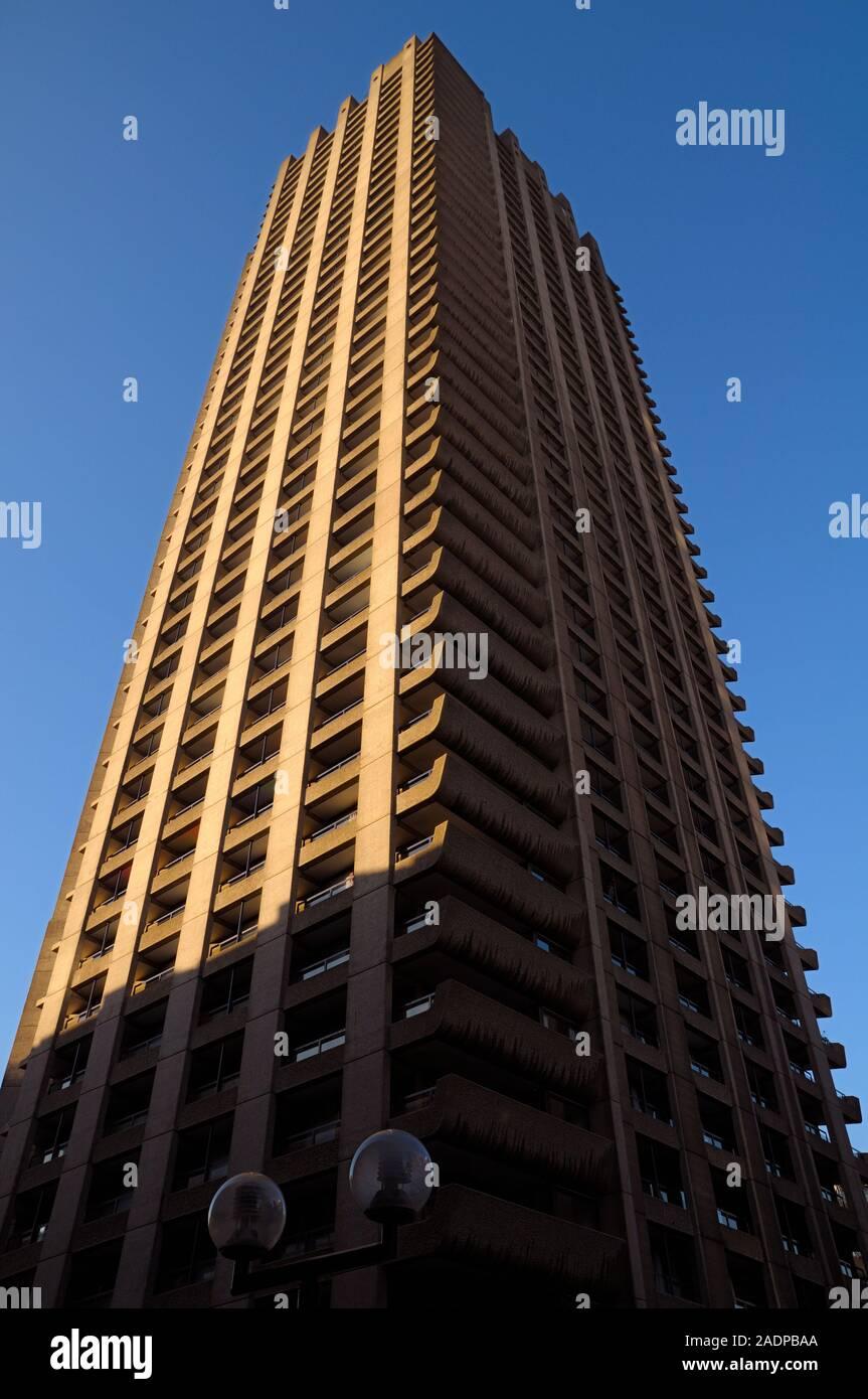Torre de Shakespeare, una brutalist torre de gran altura en el Barbican Estate y una vez el edificio residencial más alto de Europa, la ciudad de Londres, Reino Unido Foto de stock