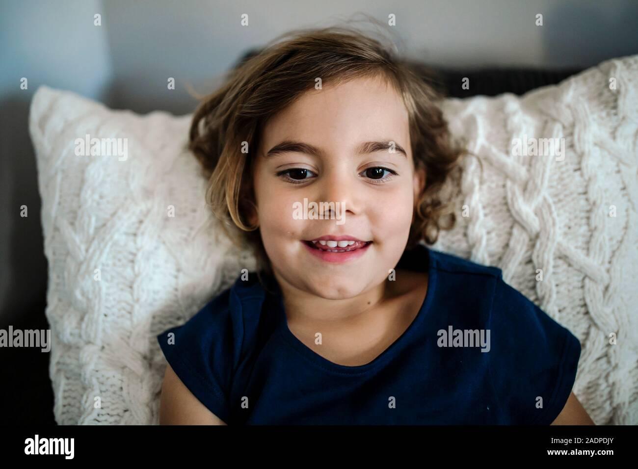 Sonrisa hermosa niña de 4 años con las cejas y ojos marrones oscuros Foto de stock