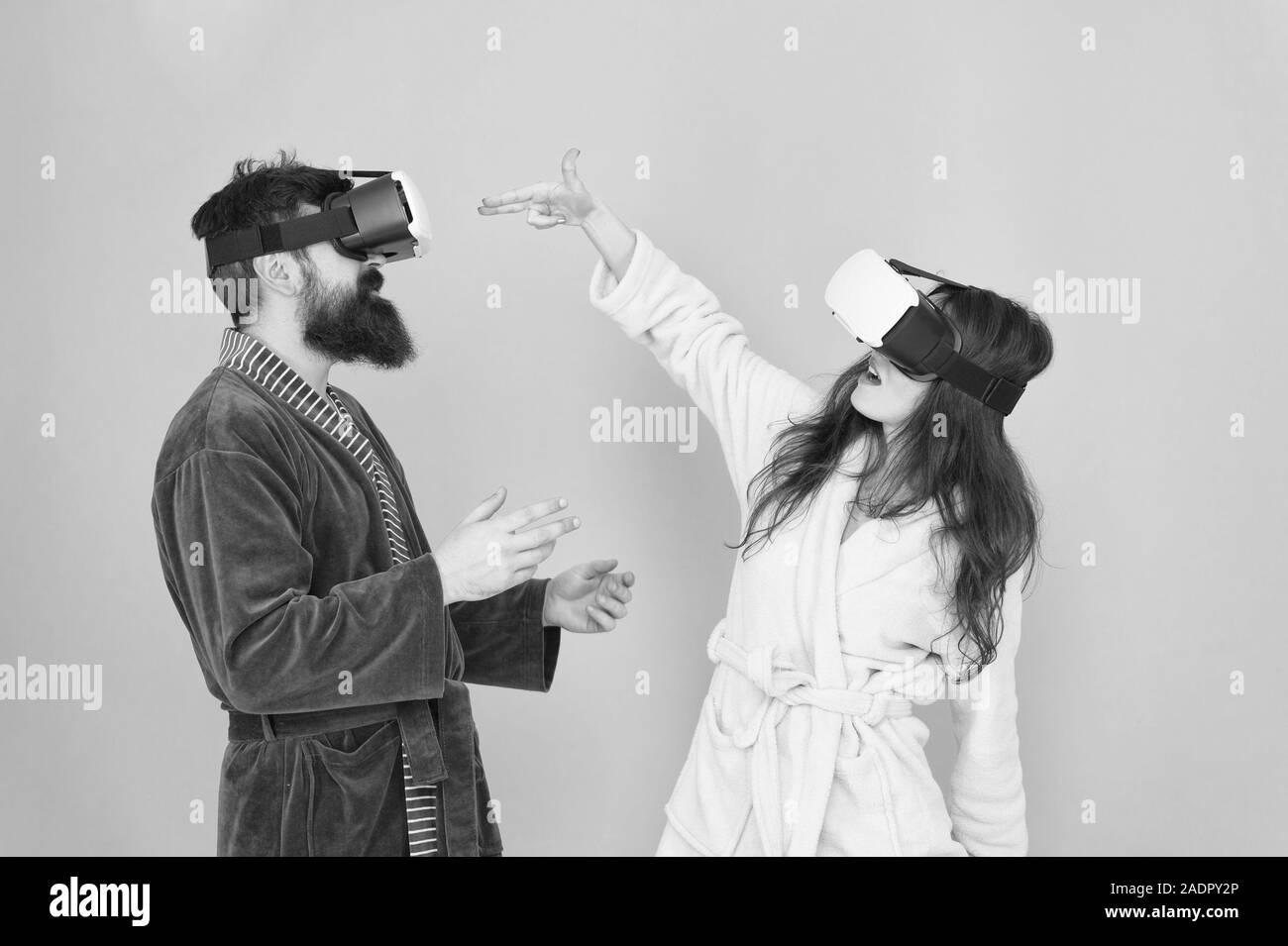 Disfruta de una nueva experiencia. La familia par llevar gafas vr. chica y man hipster relajarse. La mañana empieza con la tecnología del futuro. digital pareja. La innovación en las relaciones familiares. Crear una realidad. Es tan real. Foto de stock