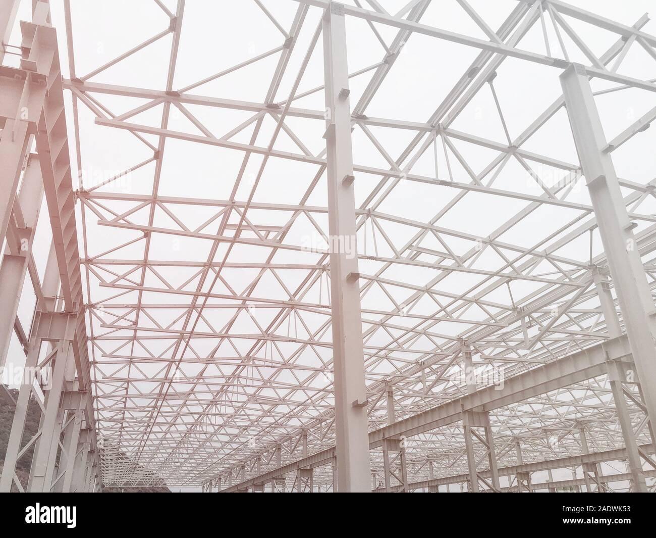 Bastidor metálico de prefabricados de edificio de varios pisos. Pilares metálicos, vigas y diagonales bracings Foto de stock