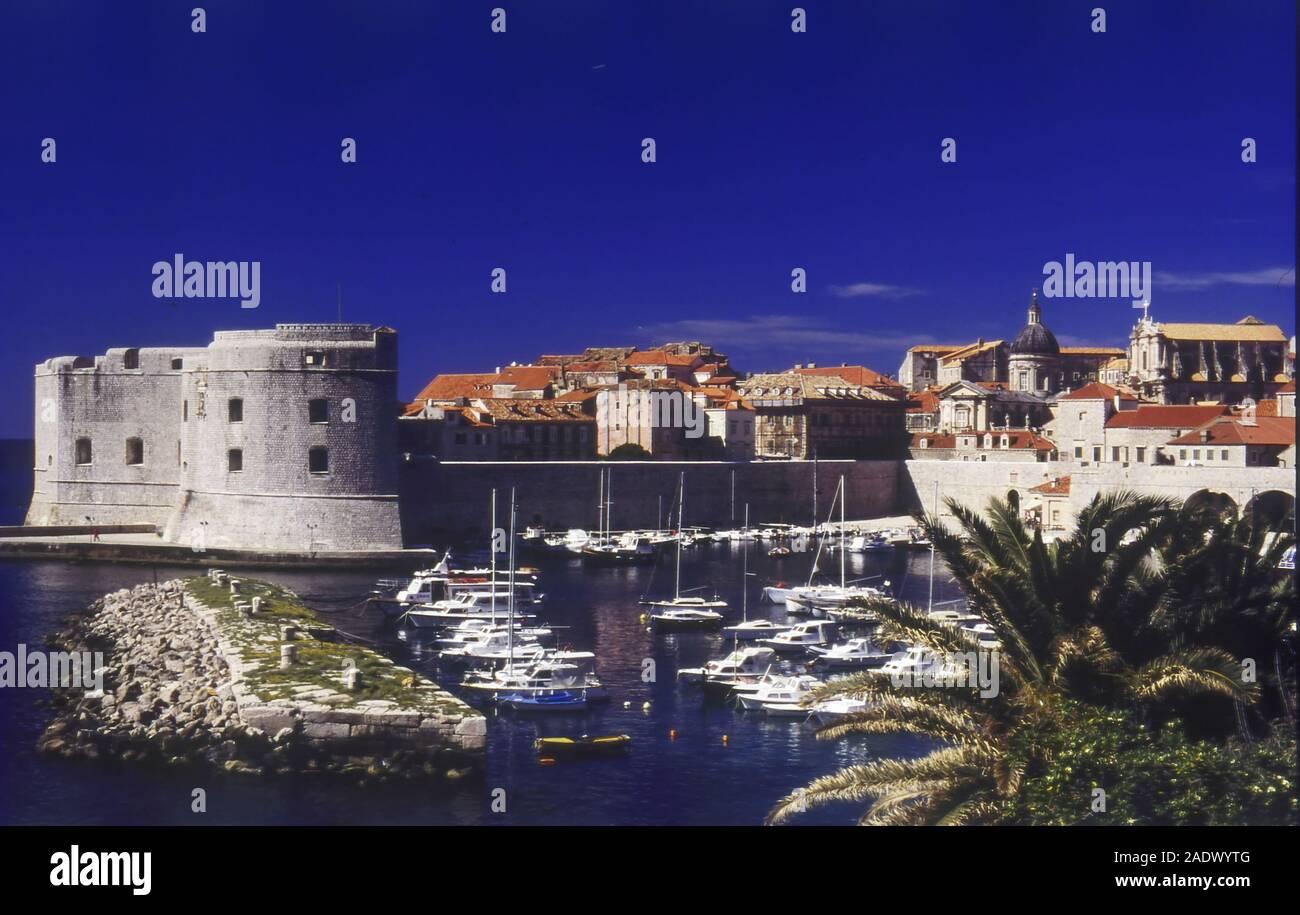 El viejo puerto y el Fuerte de San Juan, la ciudad vieja de Dubrovnik, Croacia Foto de stock