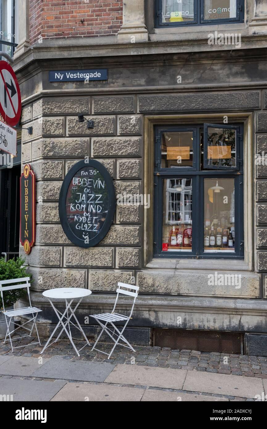 Un pequeño bar y restaurante cerca del Museo Nacional de Copenhague, Dinamarca Foto de stock