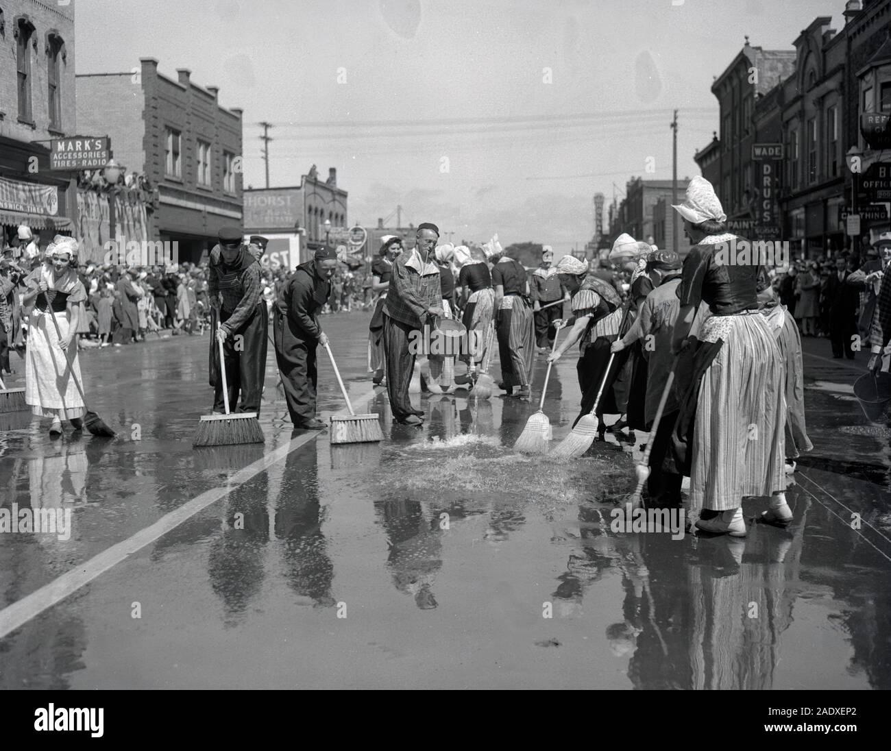 Limpieza Volksparade Holland Michigan Street 1946 Foto de stock