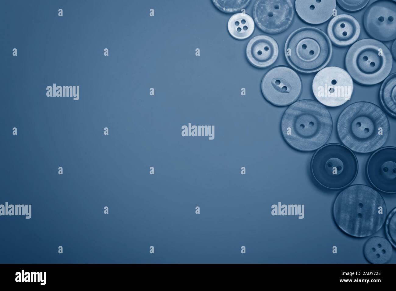 Botones de diferentes colores en tonos de azul. Sentar planas. Foto de stock