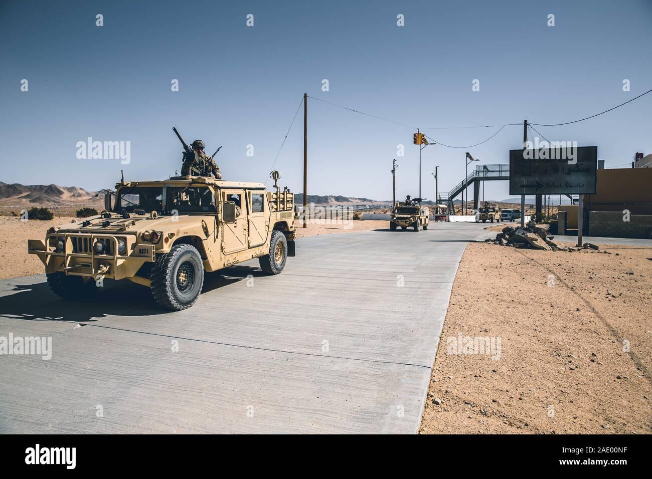 Soldados del ejército de EE.UU. Operación especial con 3º Grupo de Fuerzas Especiales (Airborne) realizar un cese de seguridad con una tierra Movilidad vehículo s y 1.1 en la Infantería de Marina Centro de combate aire-tierra (MCAGCC), Twentynine Palms, California, 17 de octubre de 2019. Los Boinas Verdes utilizan la MCAGCC áreas de capacitación para perfeccionar tácticas del destacamento y prepararse para operaciones de combate. (Ee.Uu. Marine Corps foto por CPL. William Chockey) Foto de stock