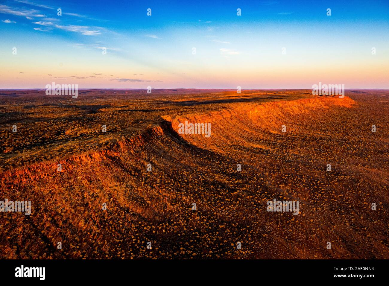 Impresionantes vistas aéreas de la George Gill rango al atardecer. Situado en el centro de Australia a distancia. Foto de stock
