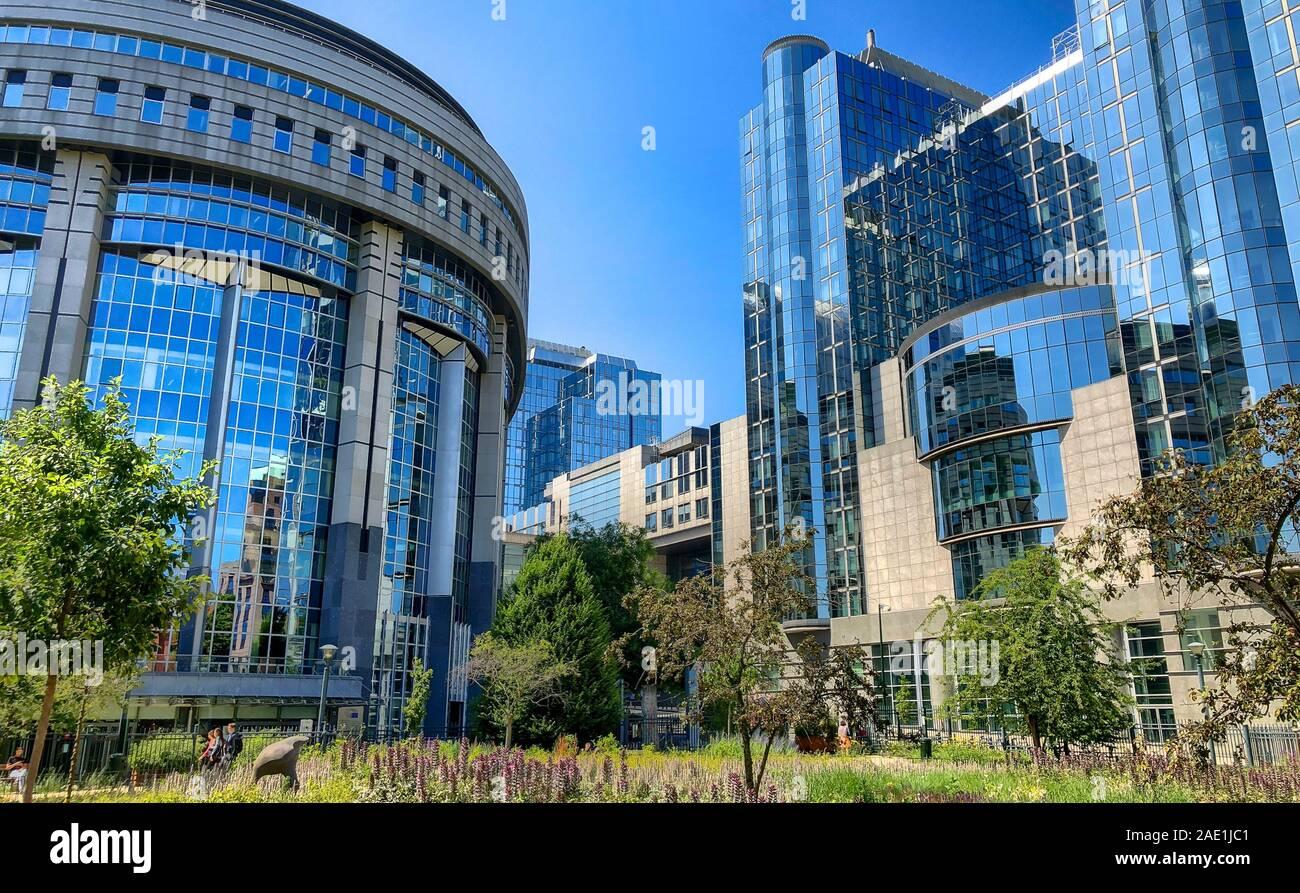 Bruselas, Bélgica, en junio de 2019, el moderno edificio del Parlamento y edificios de oficinas en el distrito europeo en Bélgica, Europa Foto de stock