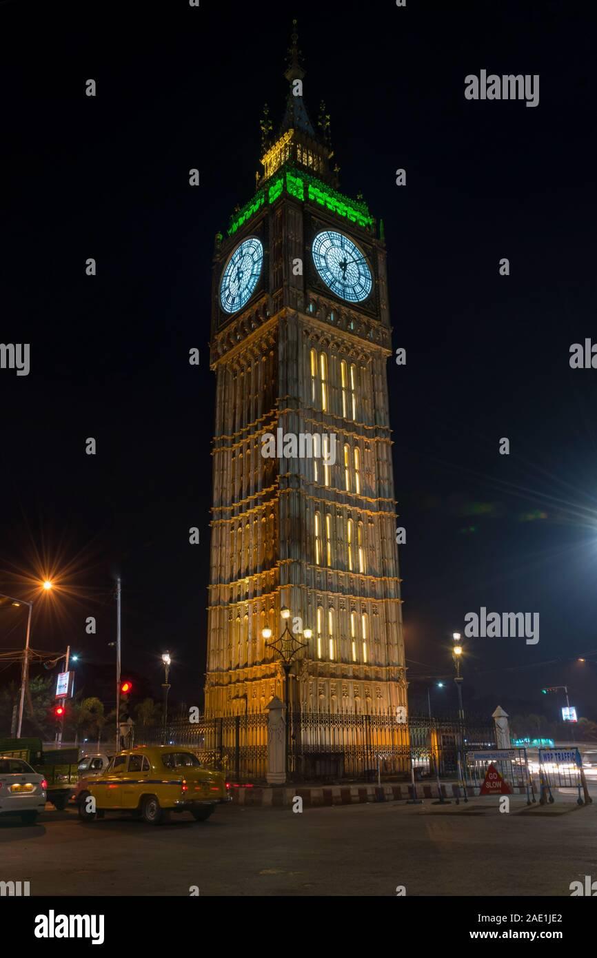 Gran reloj o torre del reloj pantalla parcial como clonar el modelo del Big Ben Torre de Londres, en la calle pública en el lago de la ciudad, Kolkata, India para el público. Foto de stock