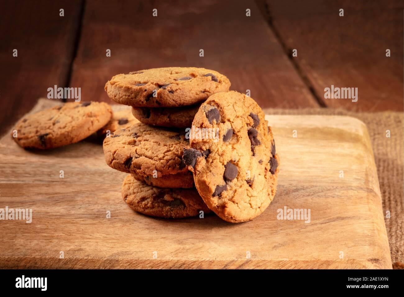 Las galletas con trocitos de chocolate, libre de gluten, un close-up de una pila en un oscuro fondo rústico Foto de stock