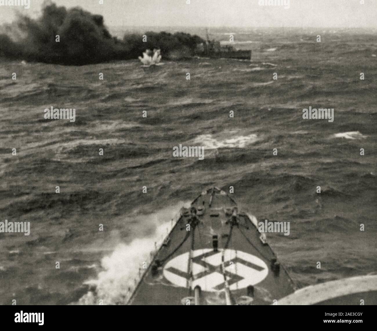 El alemán Admiral Hipper HEAVY CRUISER ataca el destructor británico HMS Glowworm. El destructor se pone una cortina de humo. Mar del Norte, cerca del puerto de Narv Foto de stock