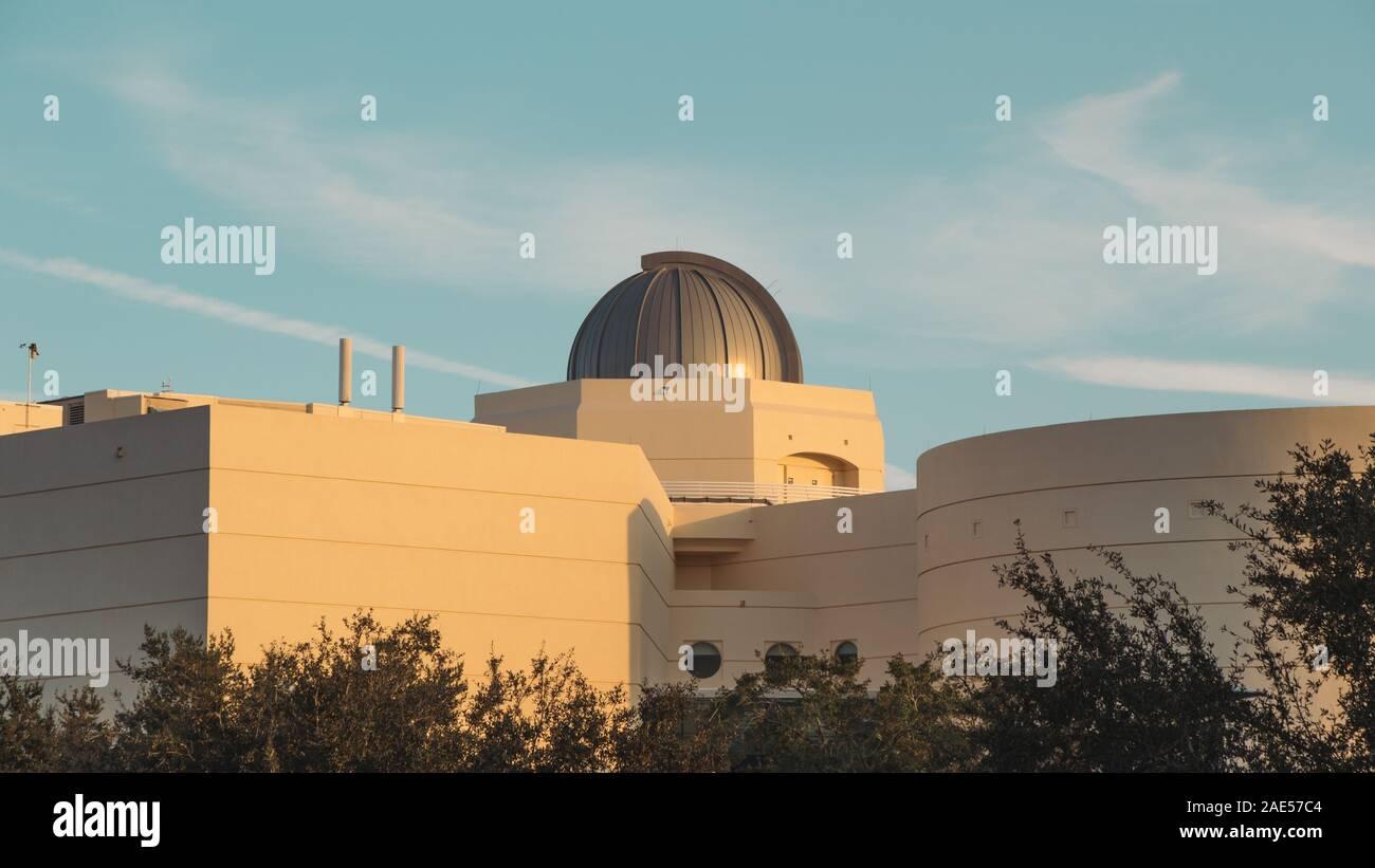 ORLANDO, Florida - 11 Nov, 2019: vista trasera del observatorio en la parte superior del estado del arte de Orlando Science Center. Foto de stock