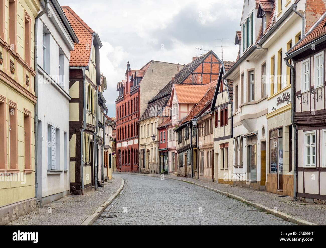 Calle de la fila de edificios tradicionales de marco de madera en la histórica Altstadt Tangmünde Sajonia-Anhalt Alemania. Foto de stock