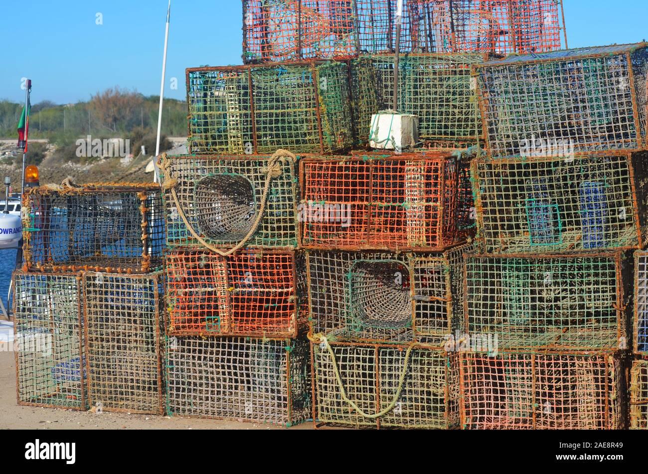 Creels y ollas usadas en la pesquería artesanal de sepias y pulpos, Vila Real do Santo Antonio, Algarve, Portugal Foto de stock