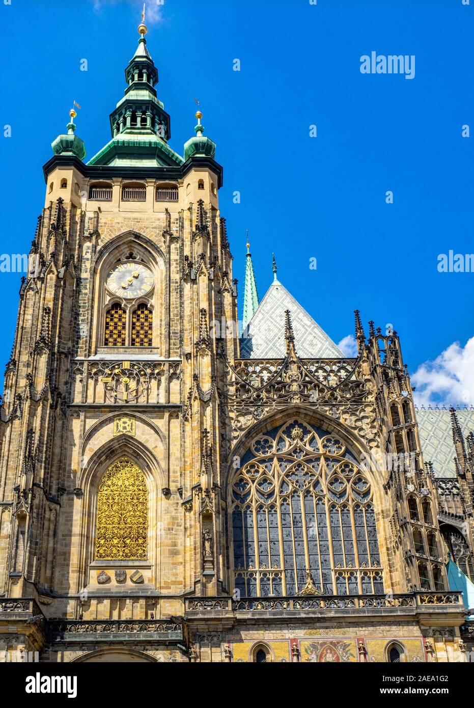 Gran Torre Sur de la Catedral gótica de San Vito Praga Castillo complejo Praga República Checa. Foto de stock