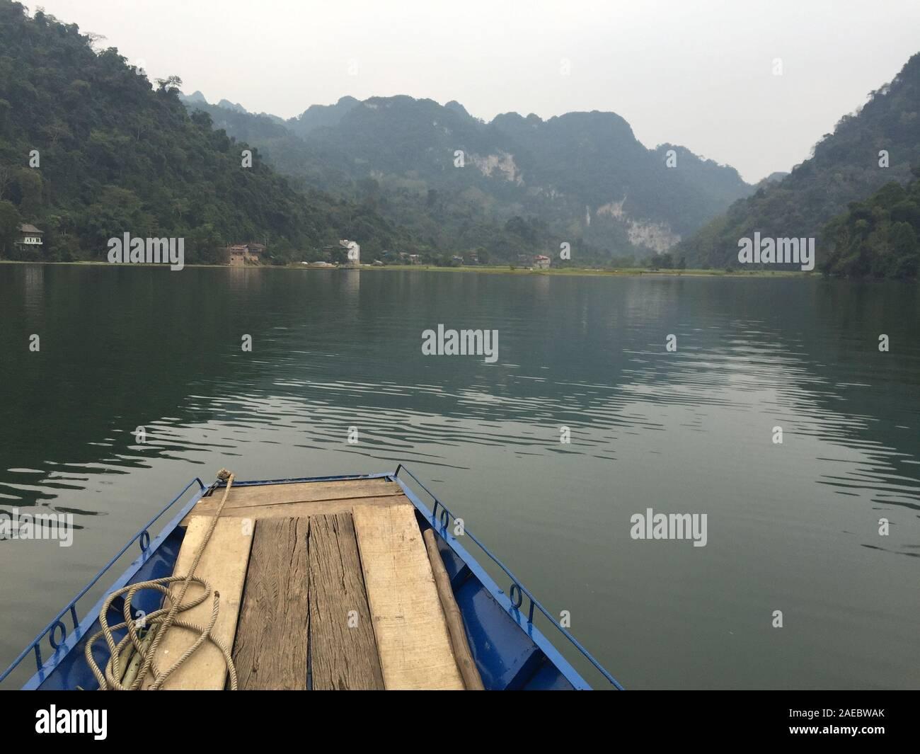 Vista del lago Ba Be a día de invierno en Bac Kan, Vietnam del Norte. Foto de stock