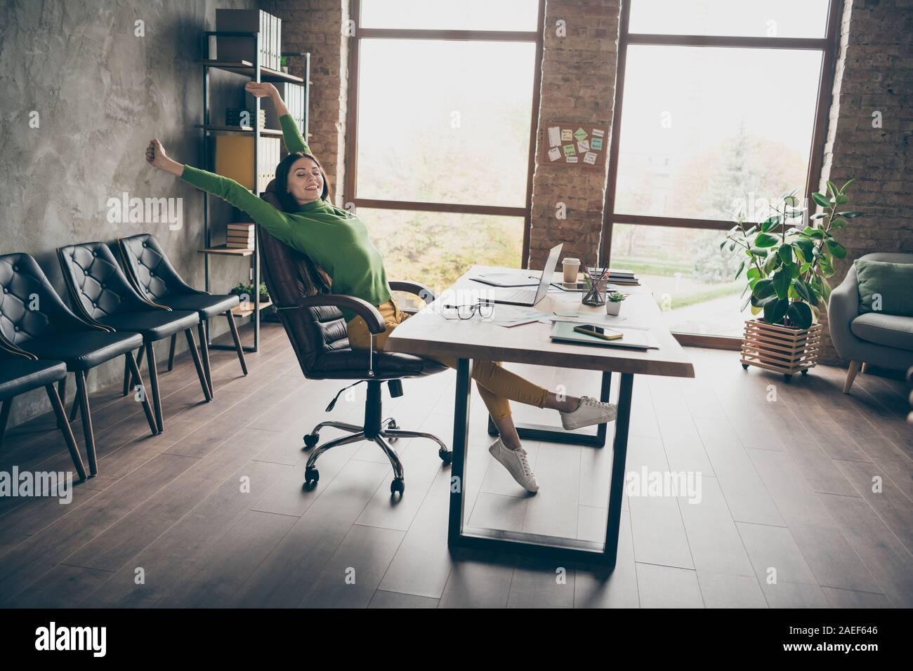 Foto de perfil de tamaño completo de funny morena dama negocios mesa portátil divertirse pequeño descanso levantan las manos sentar cátedra especificaciones de desgaste cuello tortuga verde amarillo Foto de stock
