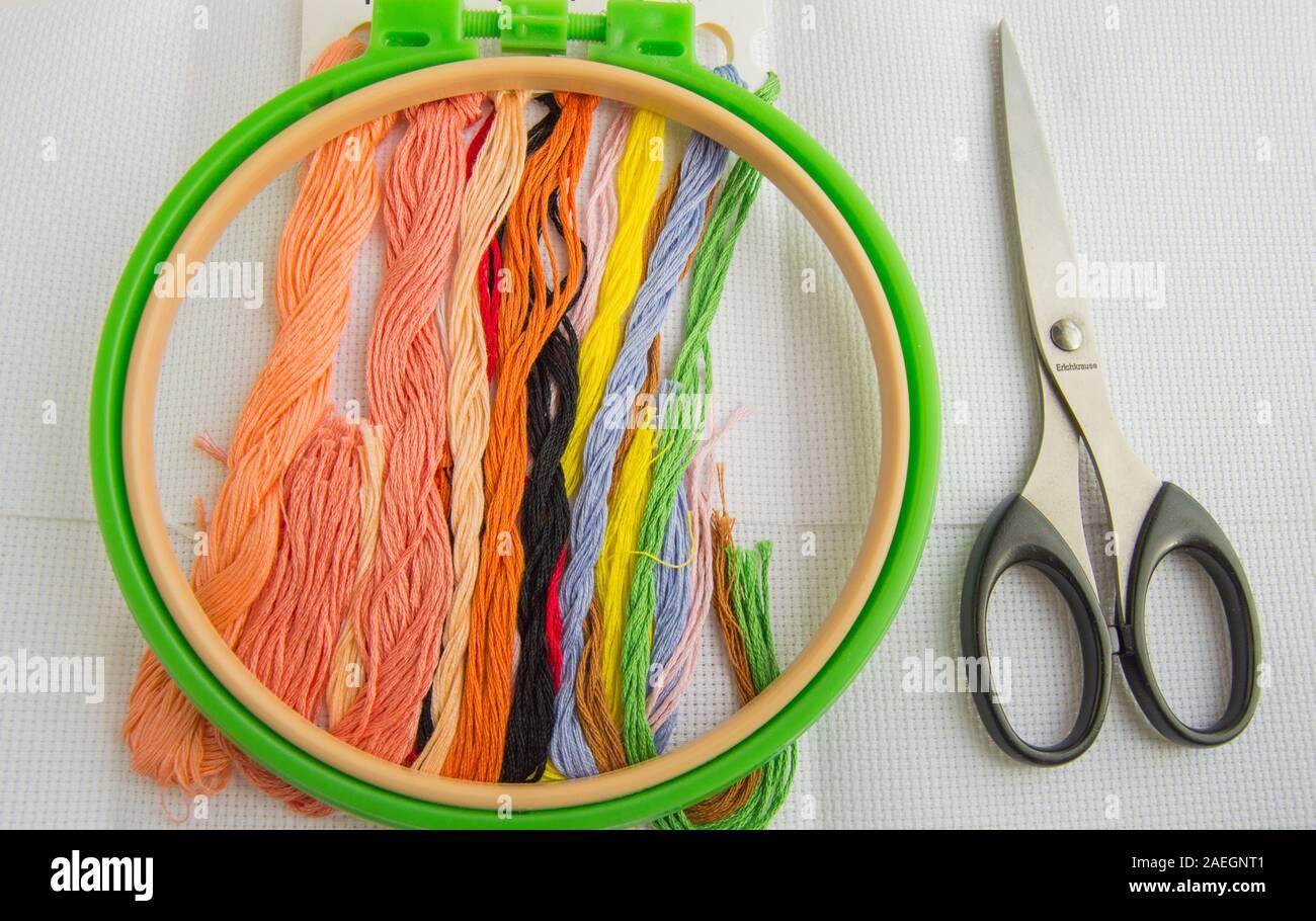 El concepto de la costura. Accesorios de costura para bordado-canvas, Hoop, hilo floss, plana lay, vista desde arriba. Foto de stock